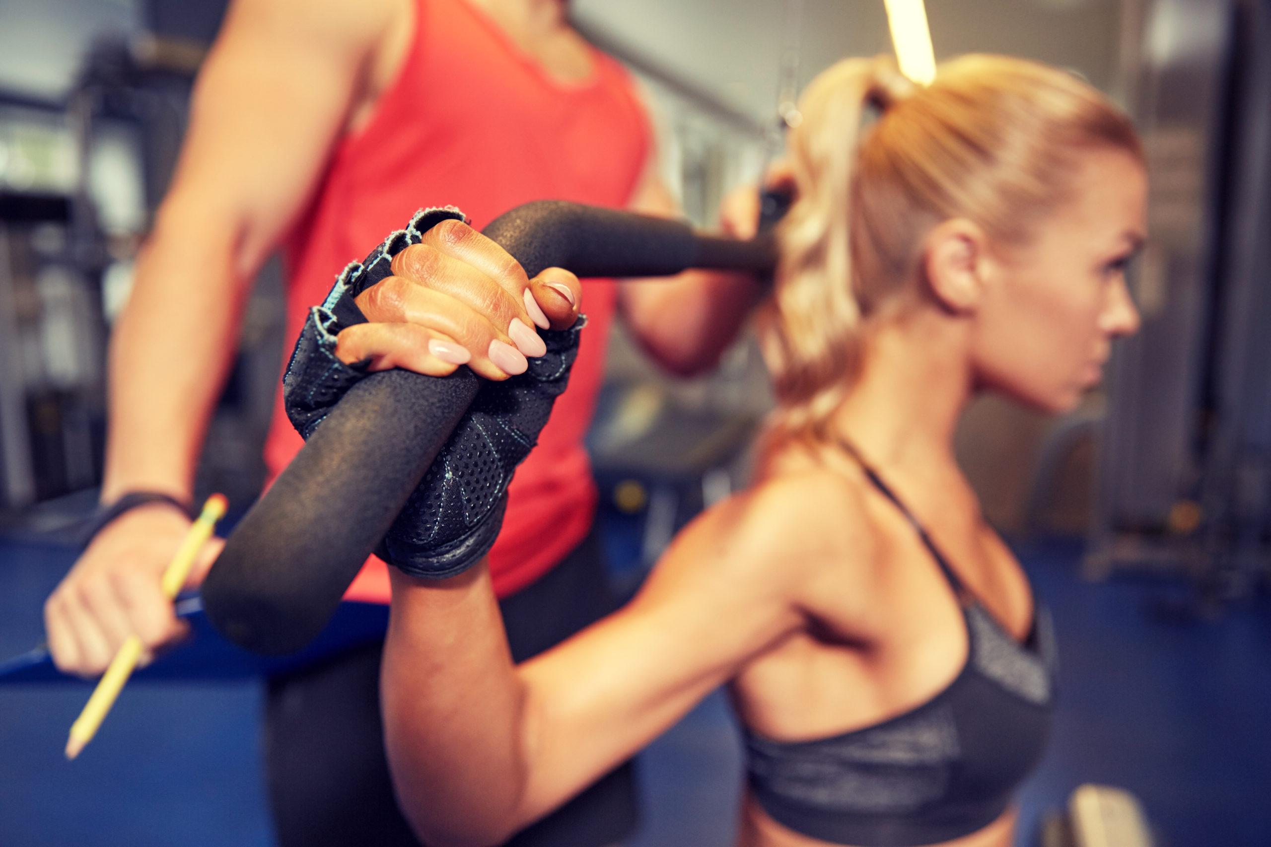 kobieta ćwicząca z trenerem personalnym; trener freelancer, trener na umowie, trener na etacie