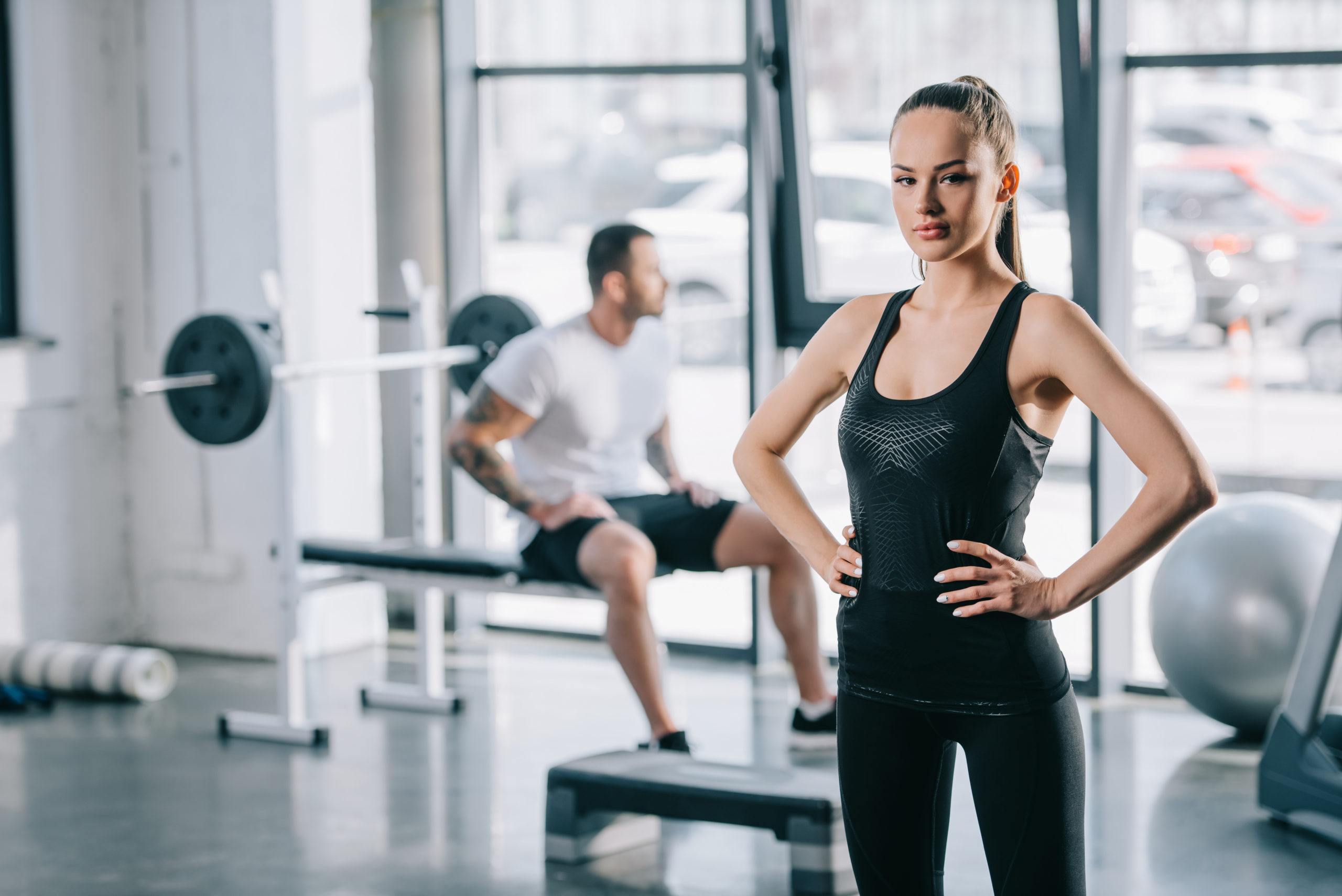 kobieta i mężczyzna na siłowni; jak wybrać kurs na trenera persnalnego