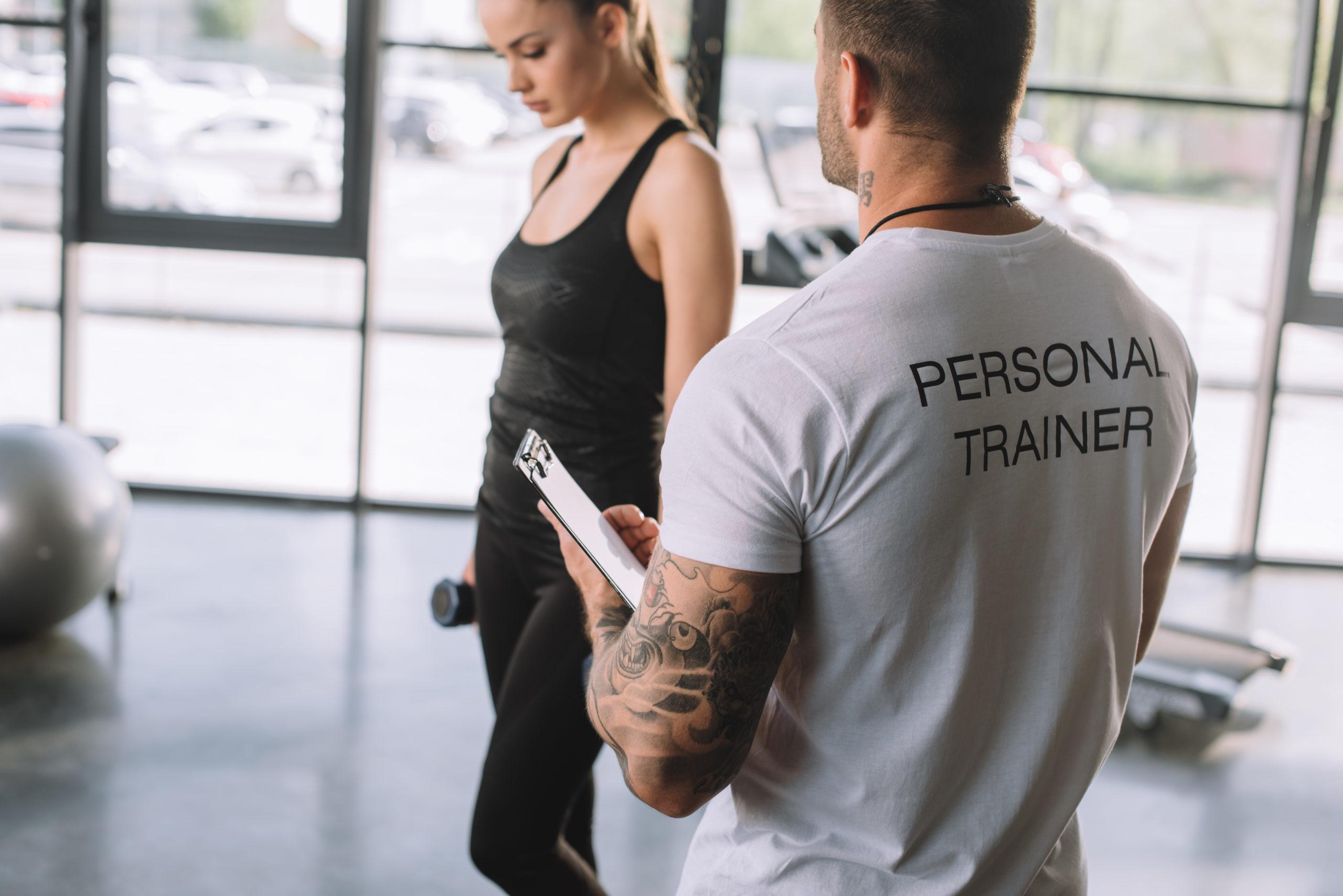 trener personalny i klientka; jak wybrać kurs na trenera personalnego